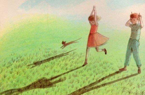 Jente leker i gresset