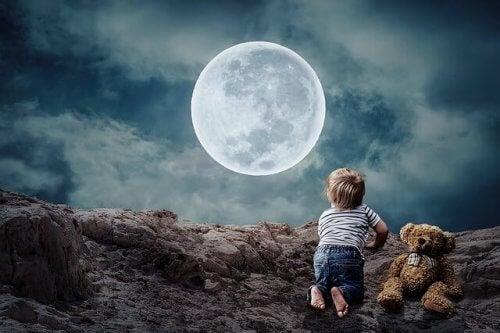 Barn som ser på månen