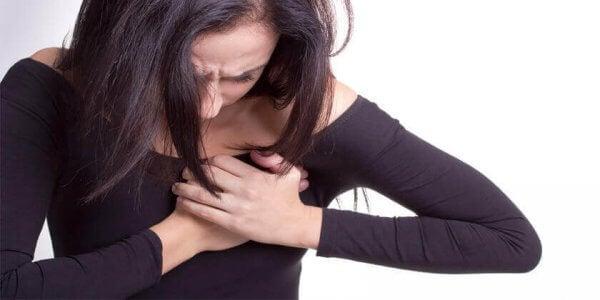 Kvinne med smerte i brystet