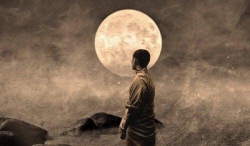 Buddhistisk munk foran månen