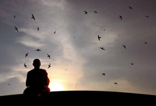 Buddhistisk munk som reflekterer over å beseire fienden