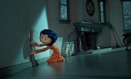 Coraline åpner en dør i veggen