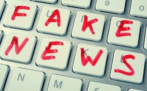 Falske nyheter skrevet på et tastatur