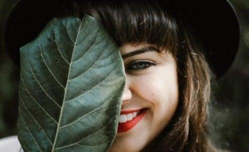 En jente smiler