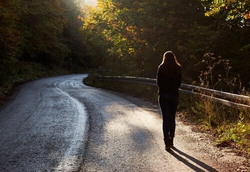 Kvinne går alene på veien