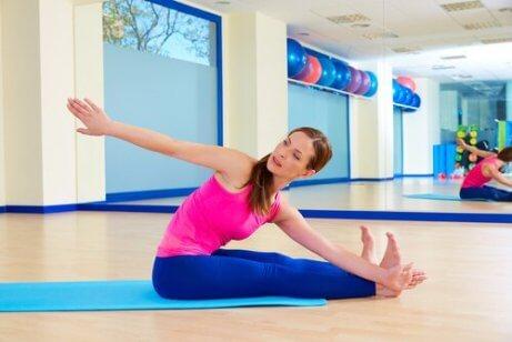 En kvinne som praktiserer pilatesøvelser