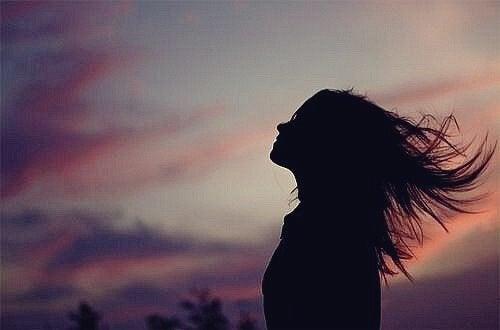Jente med vinden i håret