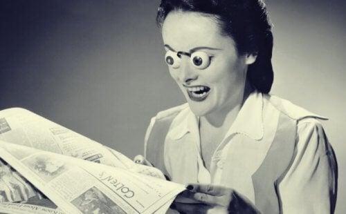 Kvinne med falske øyne leser nyheter