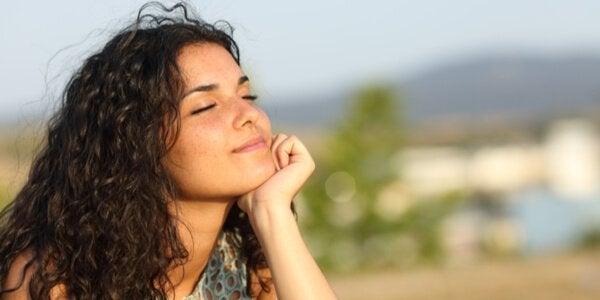 kvinne tenker med lukkede øyne