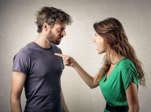 Kvinne kjefter på kjæresten sin