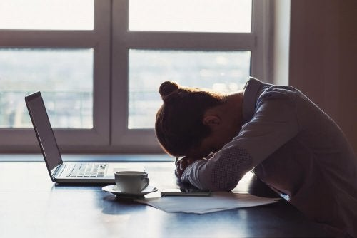 Kvinne trøtt av å jobbe på pc