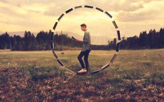 Gutt inne i en sirkel