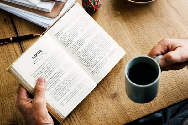 Man leser bok