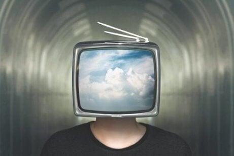 En mann med en tv på hodet