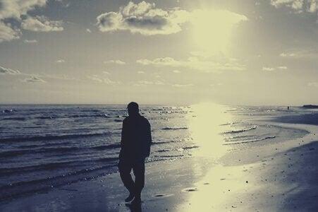 Mann går på stranden