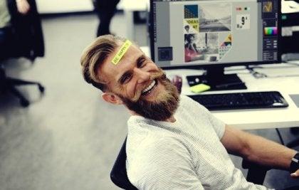 Mann med god sans for humor på jobben