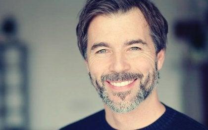 En mann som smiler