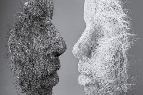 To masker vender mot hverandre