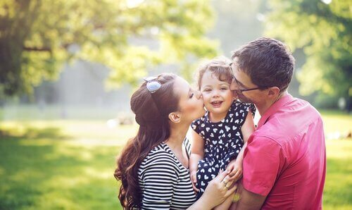Foreldre klemmer datteren sin