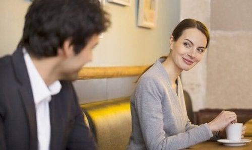 En mann og en kvinne som uttrykker seg gjennom kroppsspråk