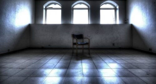 Ensom stol i et tomt rom