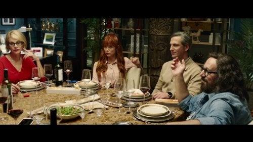 En gruppe venner som har middag