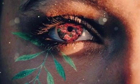 Et øye med blomster spirer ut av det