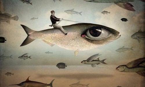 Mann rir på fisk med menneskeøye
