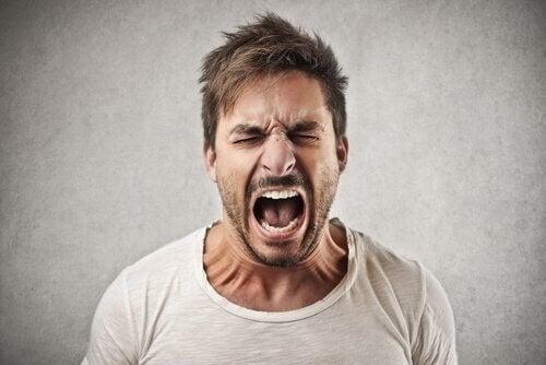 Mann skriker