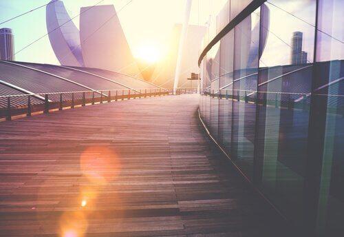 En bygning med sollys i bakgrunnen