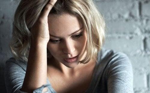En jente som lider av angst