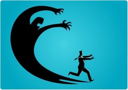 En mann som løper vekk fra sine symptomer på angst