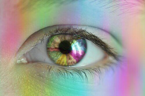 Ulike farget lys skinner på øye