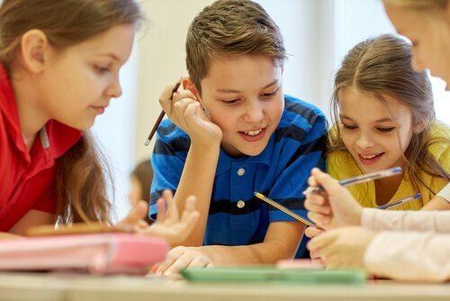 Kooperativ læring kan være et godt verktøy for elever som sliter under det nåværende utdanningssystemet.