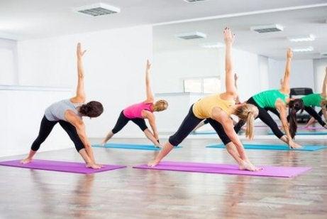 Folk gjør bikram-yoga