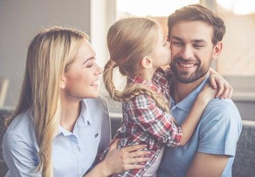 Bare barn kysser foreldrene sine.