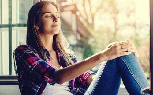 Jente som mediterer for å håndtere kaos