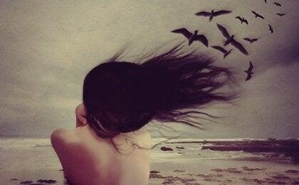 En kvinne med fugler.