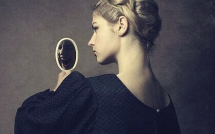En narsissistisk kvinne ser på seg selv i et speil.
