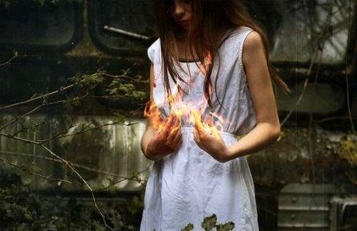 En kvinne som holder flammer