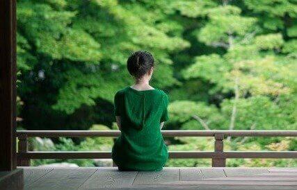 En kvinne i en grønn kjole prøver å opprettholde energinivåene sine