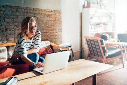 kvinne med datamaskin forbereder seg på et jobbintervju