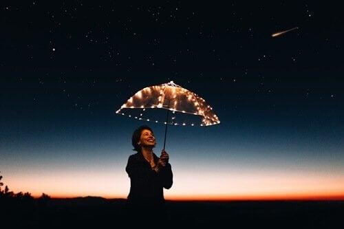 du kan være deg selv som denne kvinnen under en paraply