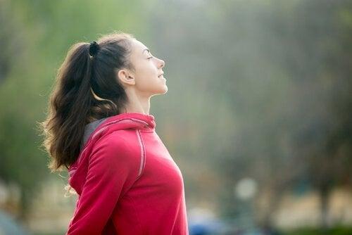 En kvinne puster før hun trener.
