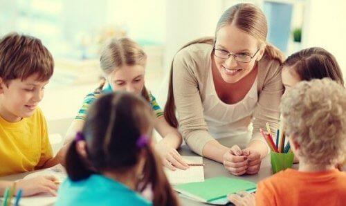 Kvinne lærere med sine studenter.