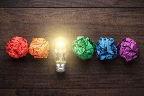 En lyspære blant forskjellige stykker papir