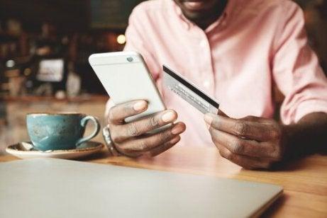 En mann kjøper noe med sin telefon