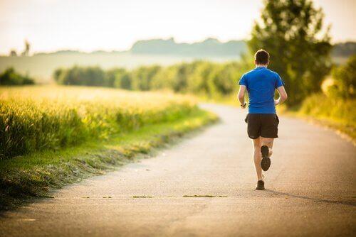 En mann som løper hvem vet at ti minutter med trening vil gjøre ham lykkeligere.