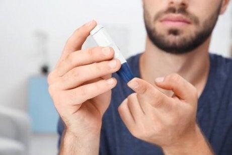 En mann med diabetes sjekker blodsukkeret
