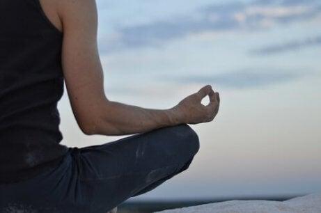 En mann nyter meditasjon for å forbedre hverdagen